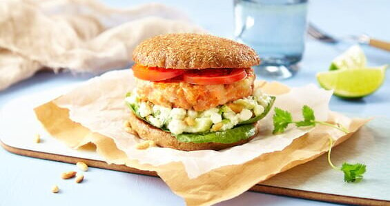 Ørretburger med cottage cheese-dressing